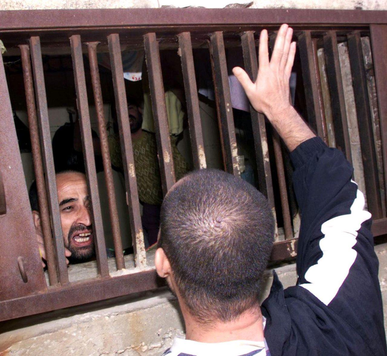 -لبناني-يبكي-فرحا-اثناء-عملية-تحرير-الاسرى-من-معتقل-الخيام1-1280x1176.jpg