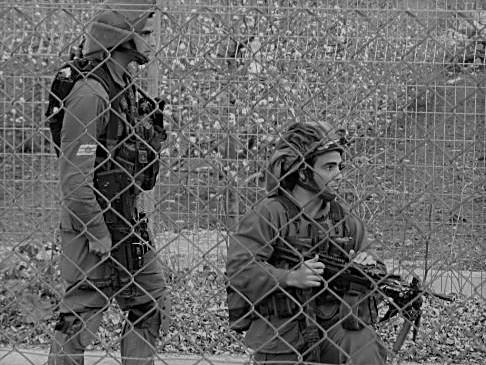 -مشاة-اسرائيلية-في-المطلة-طارق-ابو-حمدان.jpg